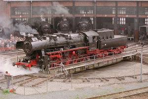 Giratura della locomotiva a vapore DB 52.8177 sulla piattaforma del deposito di Dresda nel 2003.